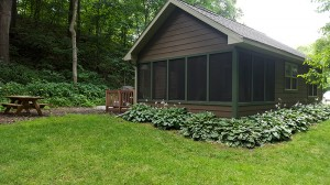 brown-cabin-exterior-screened-porch-horns-ferry-hideaway