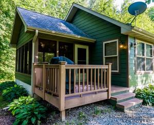 green-cabin-exterior-porch-horns-ferry-hideaway