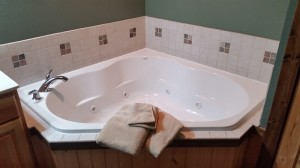 cabin-bathroom-whirlpool-tub-horns-ferry-hideaway