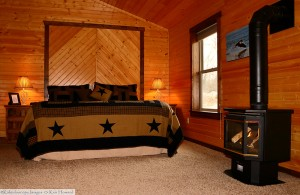 cabin-bedding-fireplace-king-bed-horns-ferry-hideaway