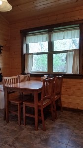 cabin-dining-table-horns-ferry-hideaway