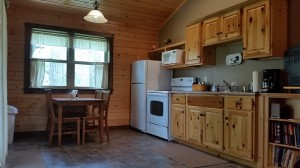 cabin-kitchen-dining-area-horns-ferry-hideaway