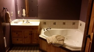cabin-purple-bathroom-vanity-whirlpool-tub-horns-ferry-hideaway