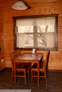cabin-table-dining-horns-ferry-hideaway