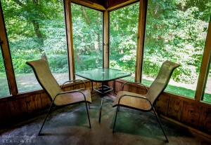 screened-porch-table-horns-ferry-hideaway